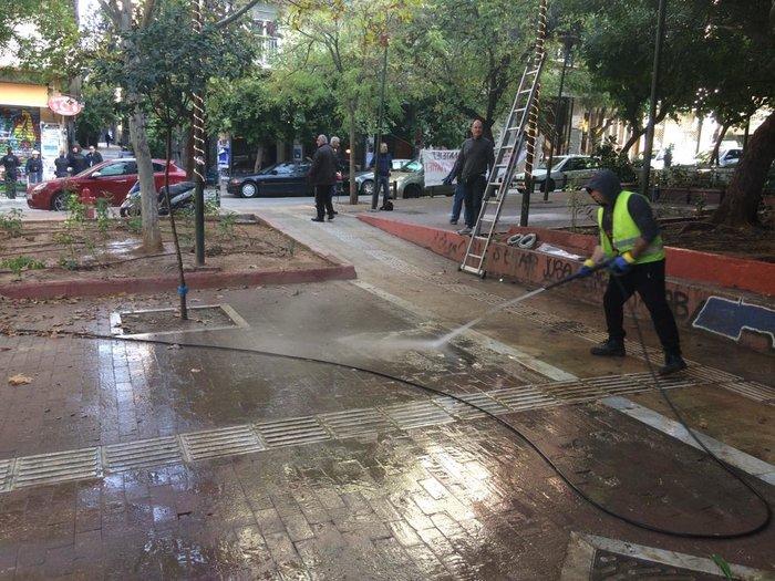 Επιτέλους: Καθάρισαν και στόλισαν την πλατεία Εξαρχείων - εικόνα 4