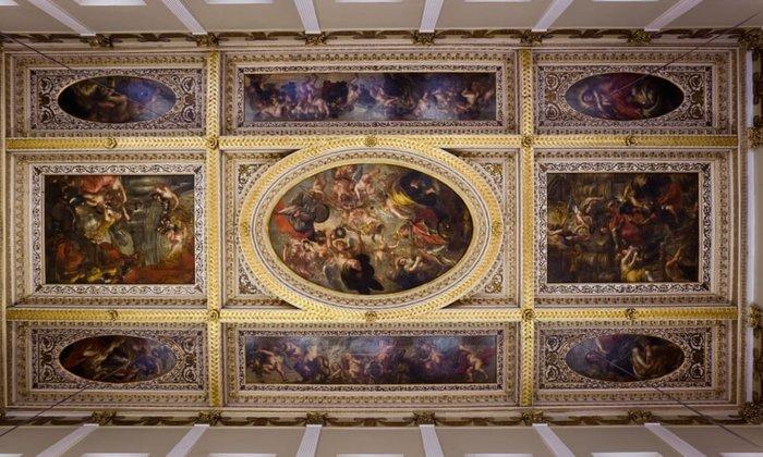 Peter de Witte and Matthaus Raders, Golden Hall, 1624, Δημαρχείο Augsburg, Γερμανία. Germany. Στο κέντρο της οροφής του Golden Hall υπάρχει μια προσωποποίηση της γνώσης και της σοφίας, πλαισιωμένη από τη μία πλευρά από μια απεικόνιση της κατασκευής του Augsburg. Υπέροχα διακοσμημένο με φύλλα χρυσού δελίχνει τον πλούτο της περιοχής.