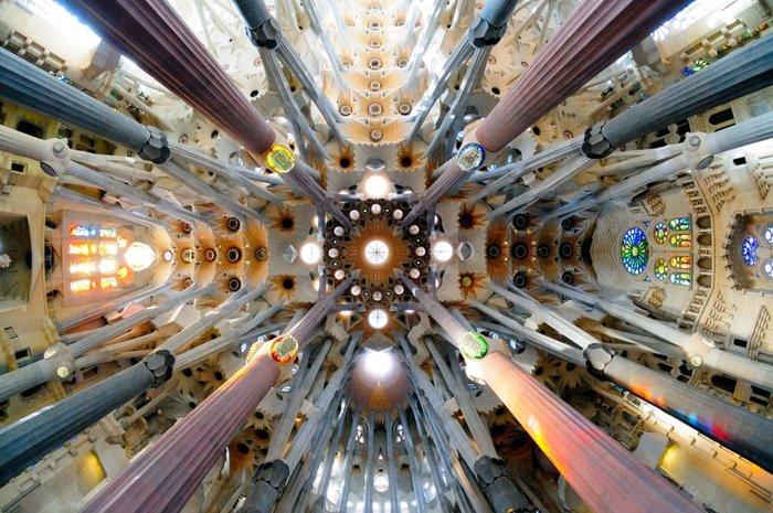 Sagrada Familia, Antoni Gaudí. Οι κολώνες που κρατούν την οροφή είναι γεμάτες κλαδιά και λουλούδια. Πρόθεση του Γκαουντί ήταν να κοιτάζουν όλοι προς τα επάνω αγκαλιασμένοι από ένα τοπίο που δείχνει μεγαλειωδώς τη φύση.