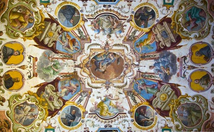Αntonio Tempesta και Alessandro Allori, τοιχογραφίες στην ανατολική πτέρυγα της Γκαλερί Ουφίτσι. Απεικονίζουν το κτίριο Uffizi ως σύμβολο του πλούτου, της επιρροής και των πνευματικών συμφερόντων του Medici.