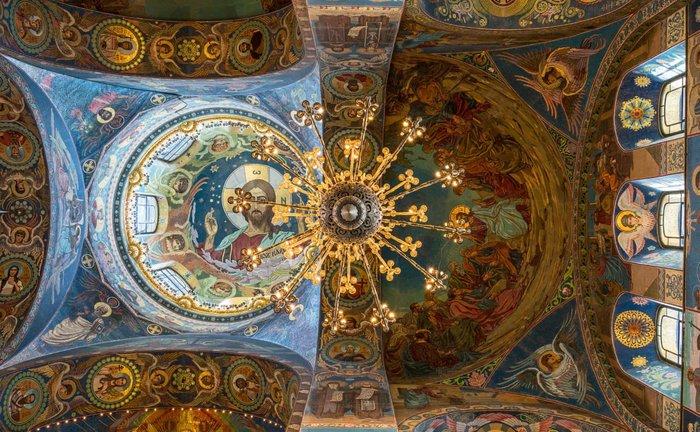 Εκκλησία της Αναστάσεως του Ιησού Χριστού, Ρωσία. Επηρεασμένη από την παλαιοχριστιανική και βυζαντινή κληρονομιά, αυτό το εσωτερικό έχει μια λαμπερή διακόσμηση ψηφιδωτού που εκτείνεται πάνω από 75.350 τετραγωνικά πόδια επιφάνεια.
