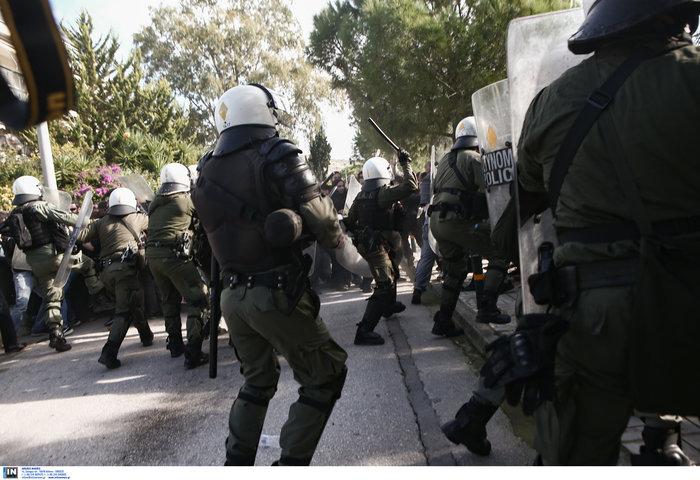 Άγρια σύγκρουση φοιτητών - ΜΑΤ στο Καβούρι: Χημικά και τραυματίες - εικόνα 13