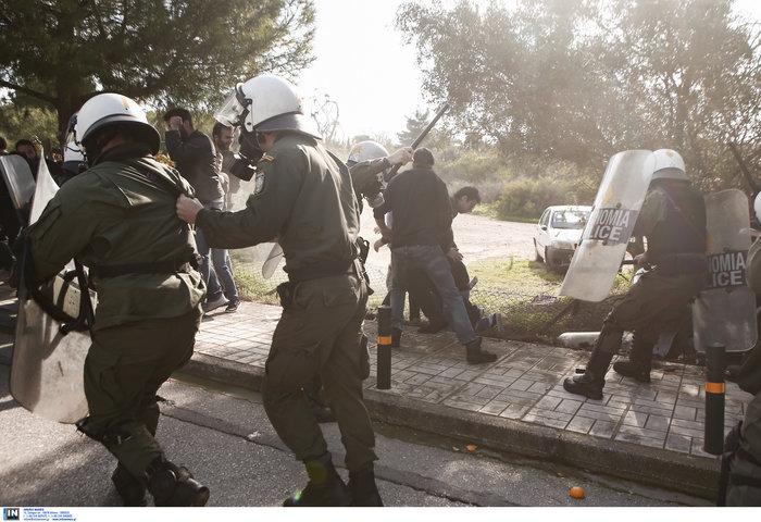 Άγρια σύγκρουση φοιτητών - ΜΑΤ στο Καβούρι: Χημικά και τραυματίες - εικόνα 3
