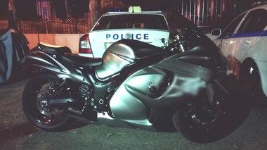 apisteuto-motosikletistis-sunelifthi-sti-bouliagmeni-na-trexei-me-200