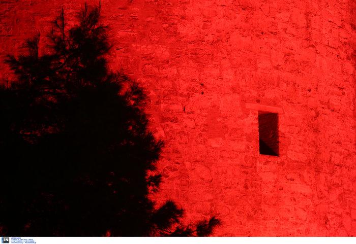 Ο Λευκός Πύργος... κοκκίνησε [εικόνες & βίντεο]