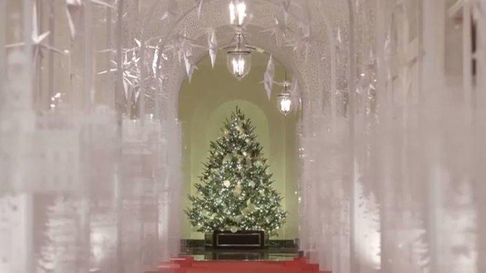 Η Μελάνια περιπλανιέται με 12ποντα στον υπέροχα στολισμένο Λευκό Οίκο - εικόνα 3