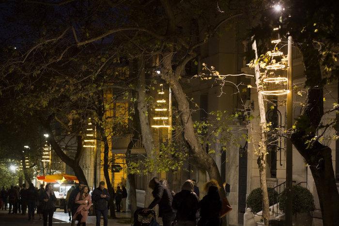 Ο εορταστικός φωτισμός της Διονυσίου Αρεοπαγίτου εντυπωσιάζει κατοίκους και περαστικούς.