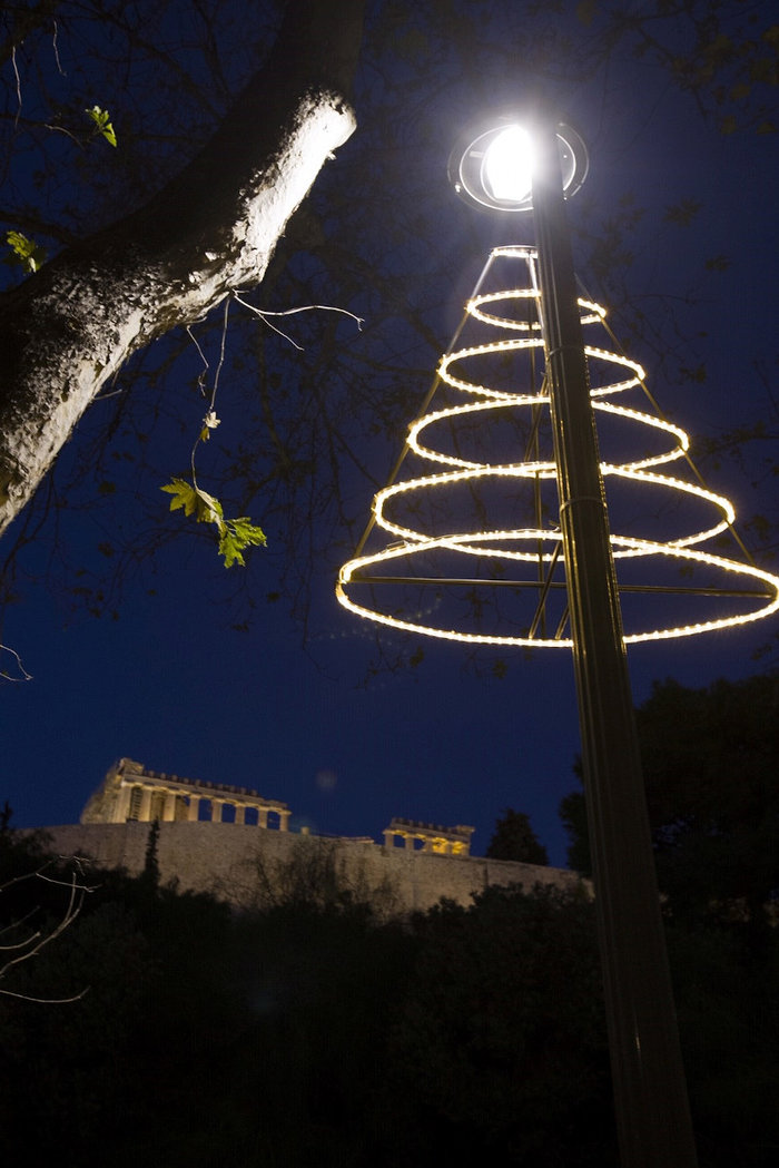 Χριστουγεννιάτικο κλίμα με φόντο την Ακρόπολη.