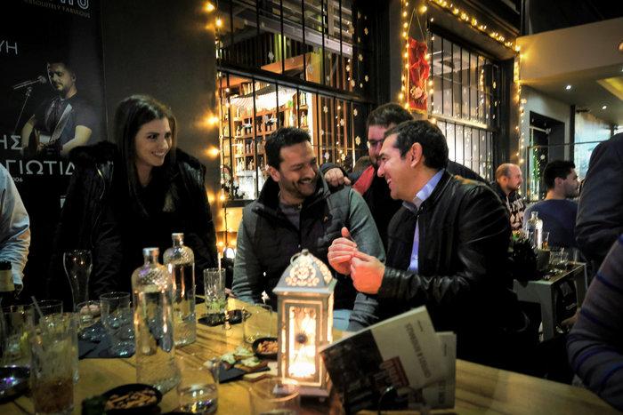 Ο Αλέξης Τσιπρας με δερμάτινο μπουφάν σε μπαρ με νέους