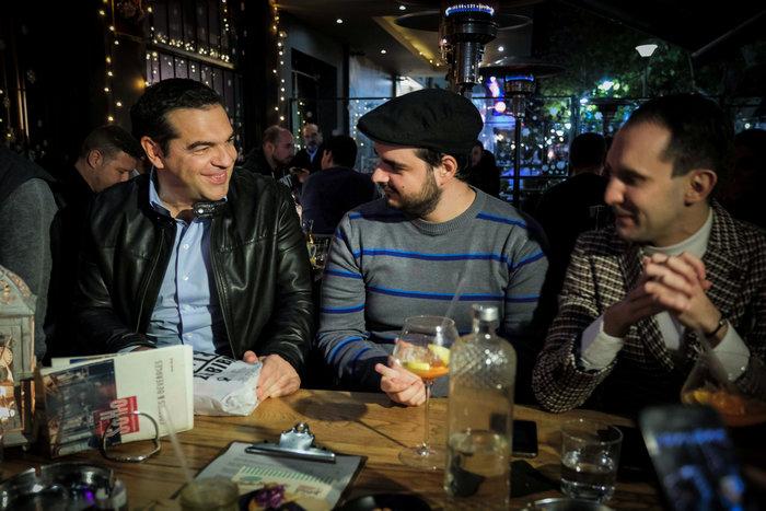 Ο Αλέξης Τσιπρας με δερμάτινο μπουφάν σε μπαρ με νέους - εικόνα 2