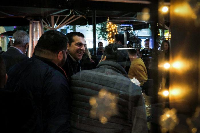 Ο Αλέξης Τσιπρας με δερμάτινο μπουφάν σε μπαρ με νέους - εικόνα 3