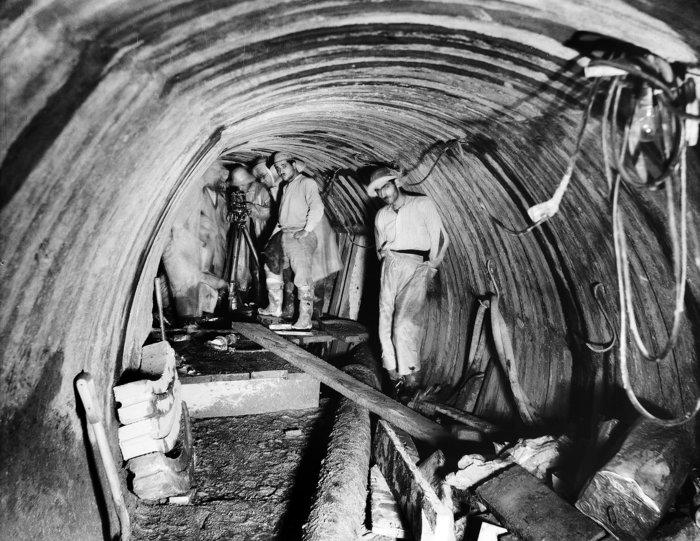 Εργασίες μηχανικών για την κατασκευή της Σήραγγας ΜπογιατίουΠηγή: Ιστορικό Αρχείο ΕΥΔΑΠ