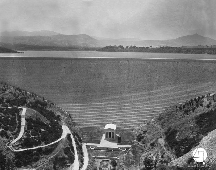 Άποψη του Φράγματος και του κτίσματος, αντιγράφου του Θησαυρού των Αθηναίων, περίπου 1931Πηγή: Ιστορικό Αρχείο ΕΥΔΑΠ