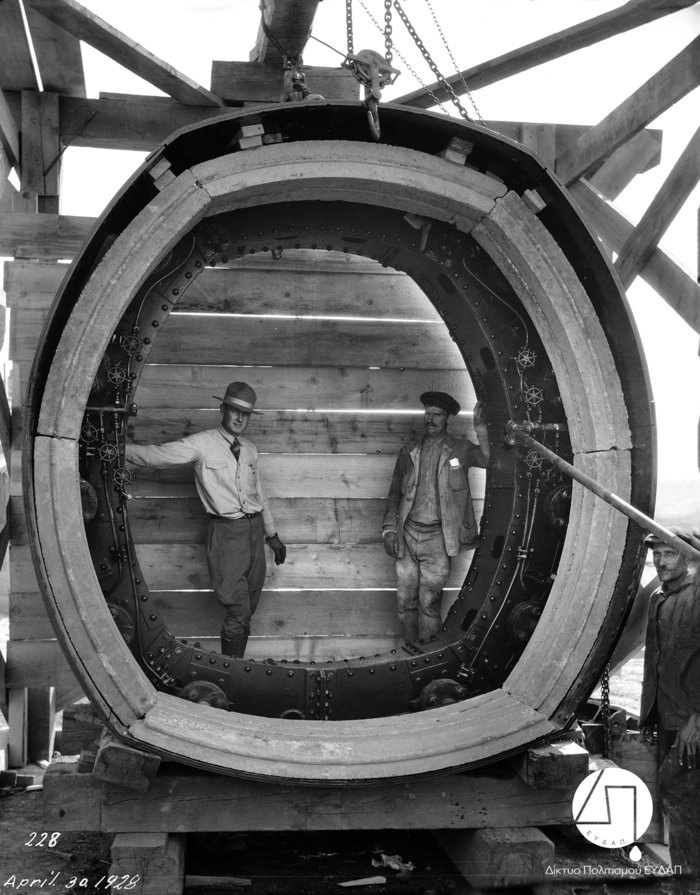 Μηχανικός και εργάτης του έργου φωτογραφίζονται στο μεγάλο μεταλλικό δακτύλιοπου χρησιμοποιήθηκε για την κατασκευή της Σήραγγας του Μπογιατίου, 1928Πηγή: Ιστορικό Αρχείο ΕΥΔΑΠ