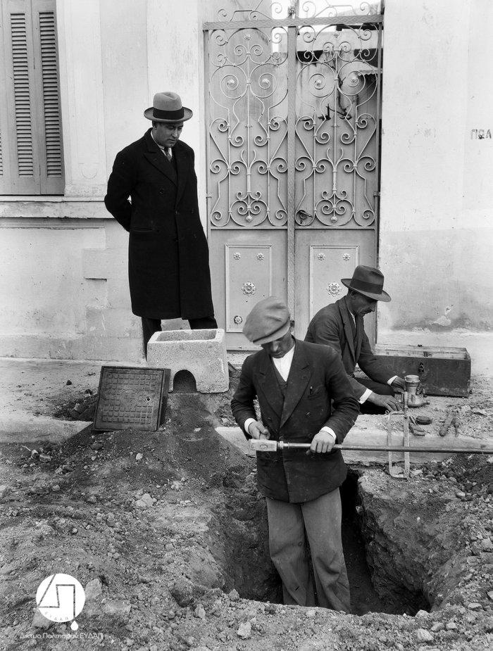 Τοποθέτηση υδρομετρητών, περίπου 1927-1928Πηγή: Ιστορικό Αρχείο ΕΥΔΑΠ