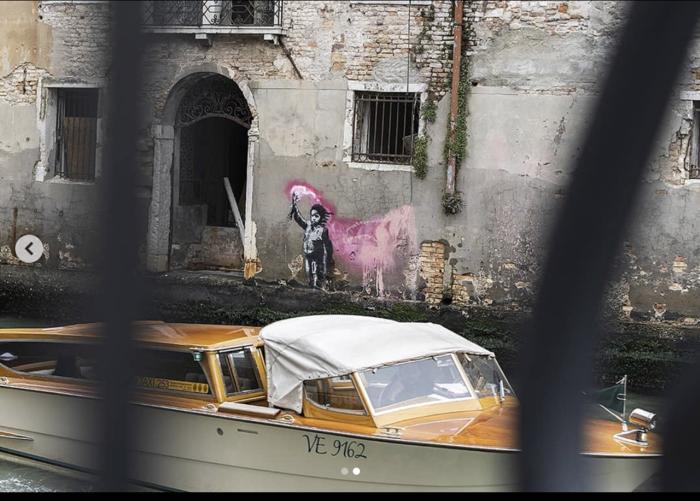 Το γκράφιτι του Μπάνκσι στη Βενετία βούλιαξε στο κανάλι - εικόνα 2