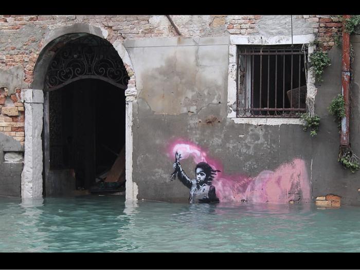 Το γκράφιτι του Μπάνκσι στη Βενετία βούλιαξε στο κανάλι - εικόνα 3