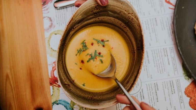 edw-tha-breis-merikes-apo-tis-wraioteres-soupes-tis-athinas