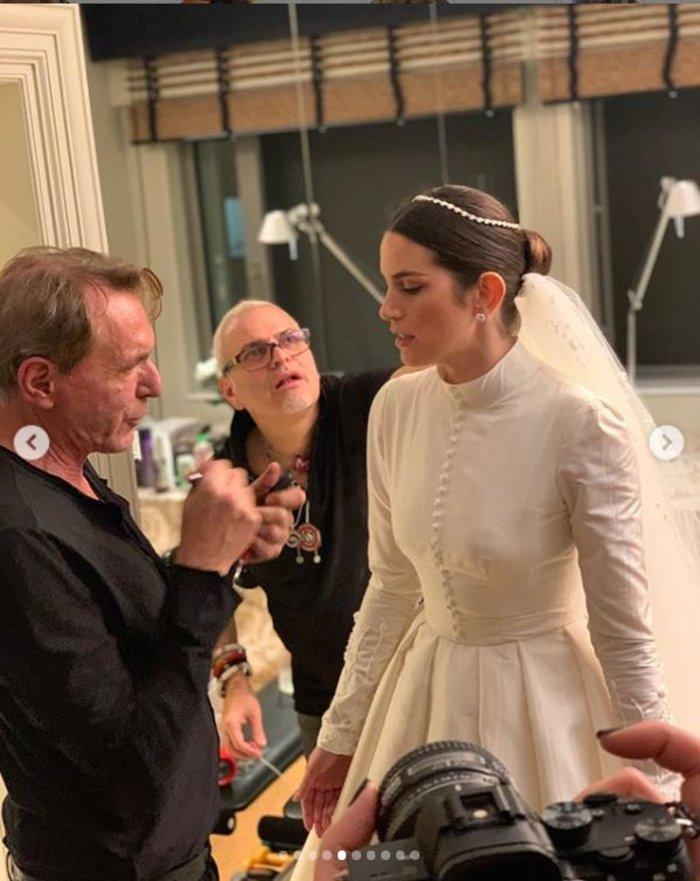 Τα 2 bridal look της Καίσαρη, τα διαμάντια & το κρυφό μήνυμα στο πέπλο της - εικόνα 5