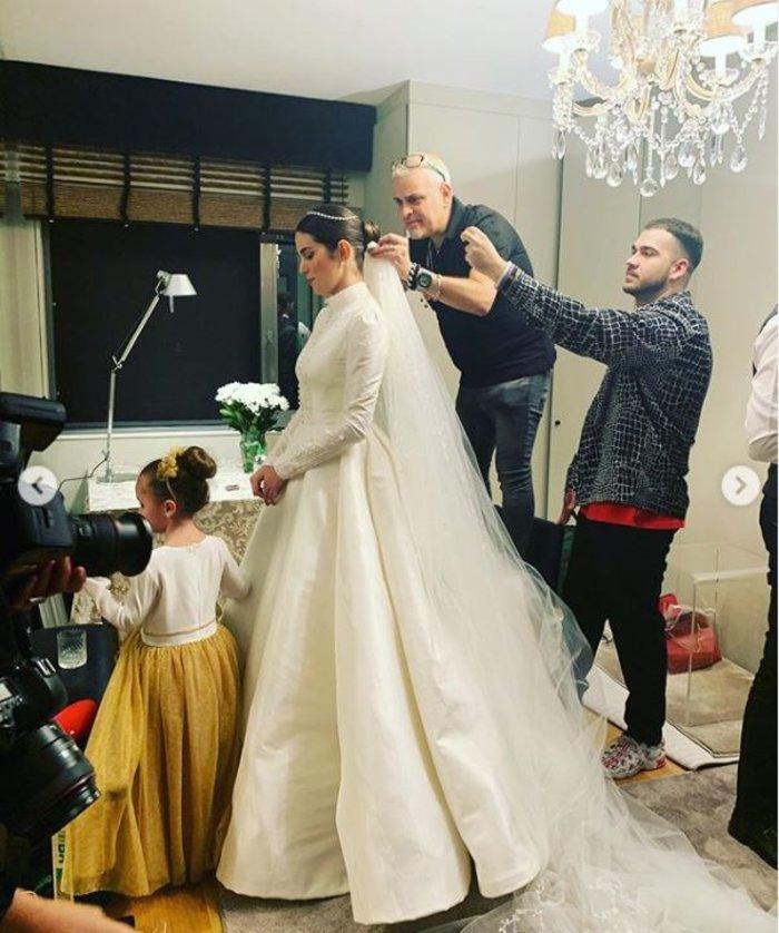 Τα 2 bridal look της Καίσαρη, τα διαμάντια & το κρυφό μήνυμα στο πέπλο της - εικόνα 7