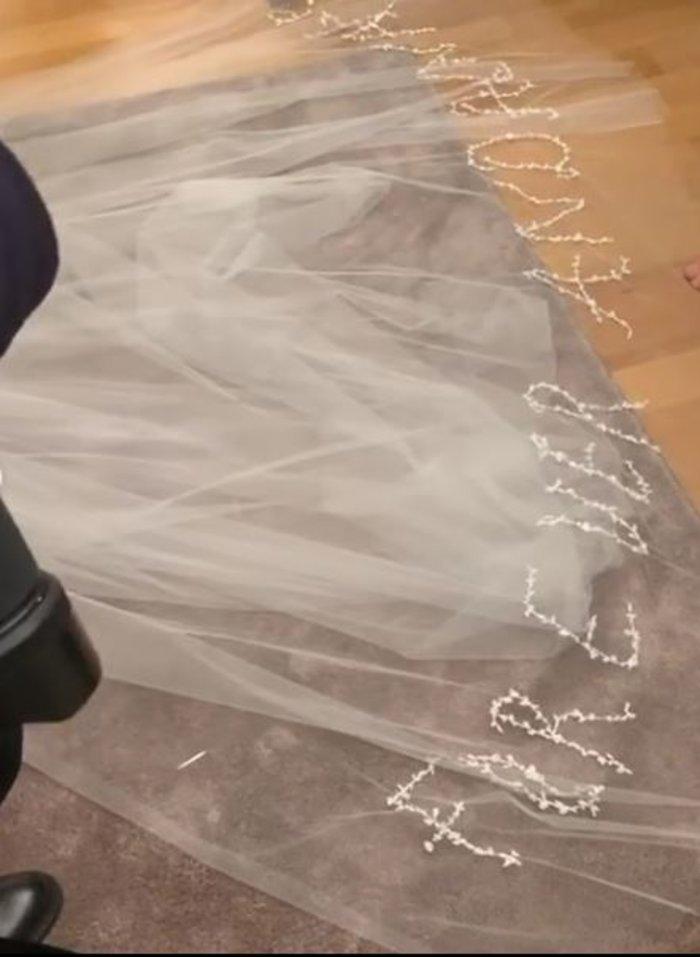 Τα 2 bridal look της Καίσαρη, τα διαμάντια & το κρυφό μήνυμα στο πέπλο της - εικόνα 8