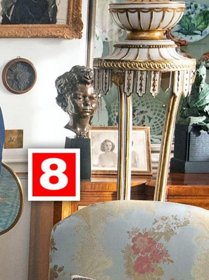 Μία φωτογραφία του πρίγκιπα Χάρι η οποία πλέον κάθεται ήσυχη σε έναν ξύλινο μπουφέ αντίκα κάτω από μία βιτρίνα που φιλοξενεί ένα σερβίτσιο από αγγλική πορσελάνη Chelsea.