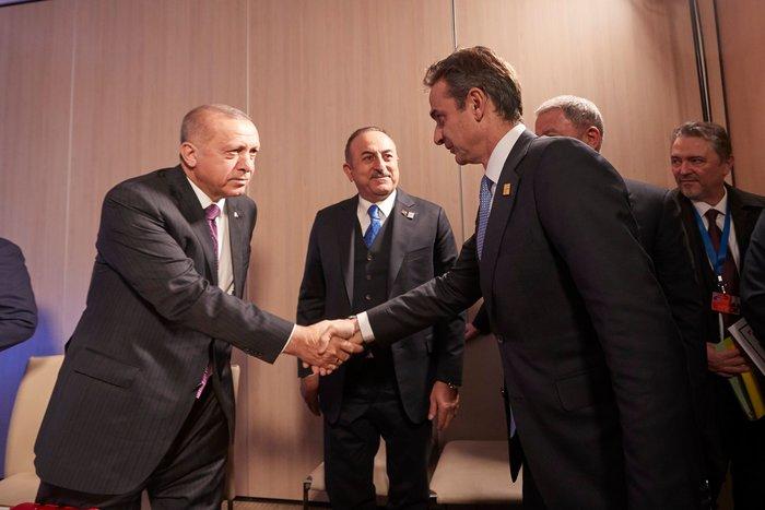 Το βλοσυρό ύφος Ερντογάν στις πρώτες φωτο από τη συνάντηση με Μητσοτάκη