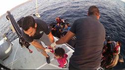 Καρέ καρέ διάσωση προσφύγων στη θάλασσα από το Λιμενικό [βίντεο]
