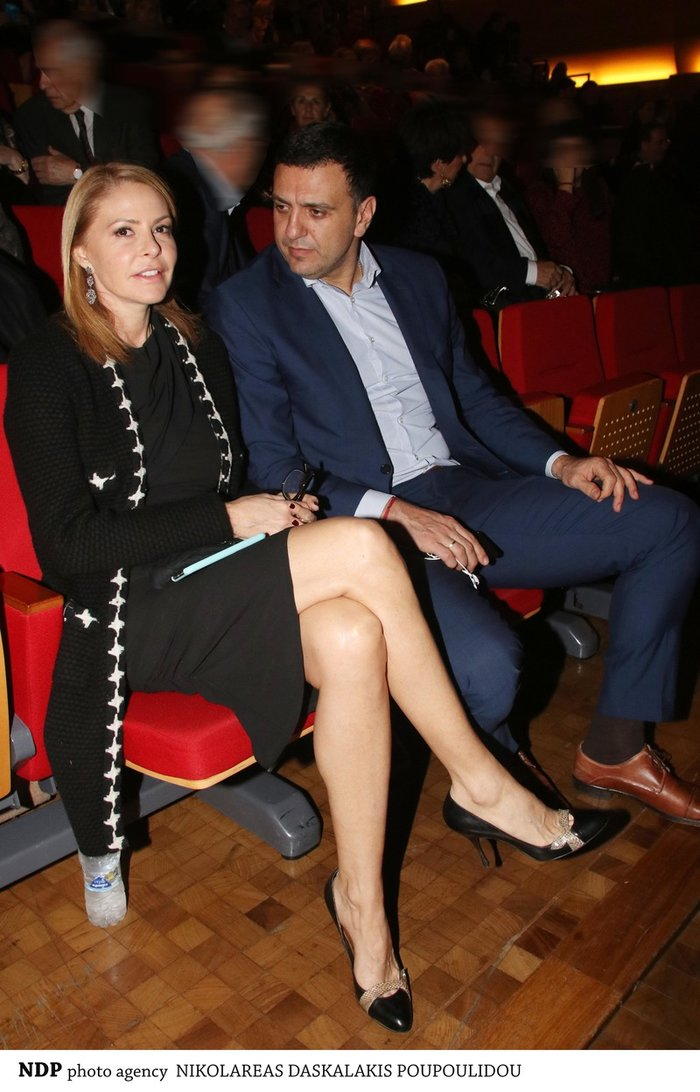 Ο Βασίλης Κικίλιας και η Τζένη Μπαλατσινού φωτογραφήθηκαν χαλαροί και χαμογελαστοί λίγο πριν σβήσουν τα φώτα και ανοίξει η αυλαία του θεάτρου «Ελληνικός Κόσμος