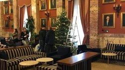 Ο παραδοσιακός χριστουγεννιάτικος στολισμός στο εντευκτήριο της Βουλής