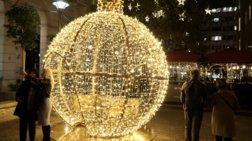 Μπείτε στη μαγεία της πελώριας μπάλας στην οδό Βουκουρεστίου