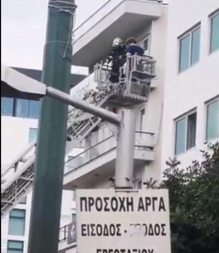 Φωτιά σε ξενοδοχείο στην Συγγρού - Η στιγμή του απεγκλωβισμού [βίντεο]