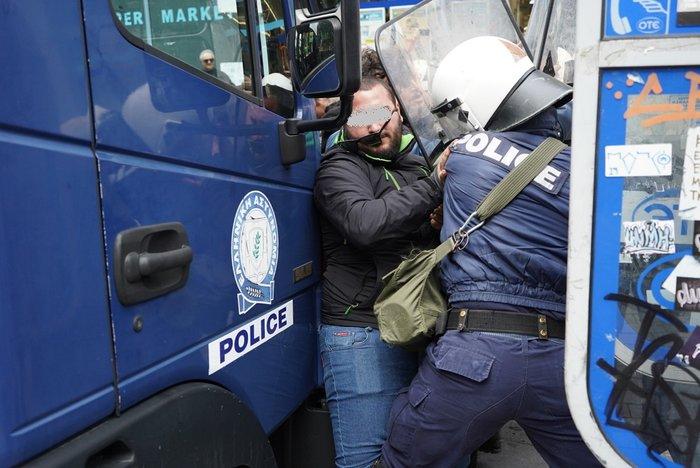 Ηράκλειο: Επεισόδια με αγρότες και δακρυγόνα στο Επιμελητήριο [εικόνες] - εικόνα 2