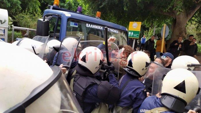 Ηράκλειο: Επεισόδια με αγρότες και δακρυγόνα στο Επιμελητήριο [εικόνες] - εικόνα 3