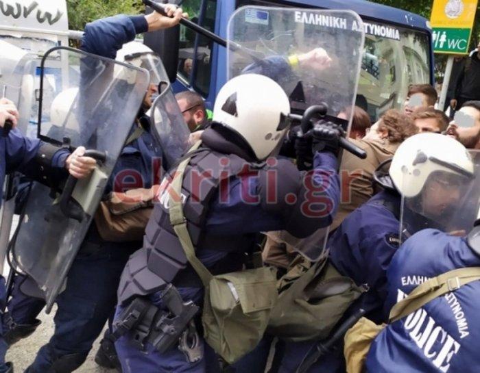 Ηράκλειο: Επεισόδια με αγρότες και δακρυγόνα στο Επιμελητήριο [εικόνες] - εικόνα 5