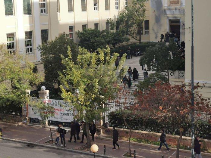 Ρουβίκωνας και φοιτητές έστησαν μικροφωνική στην ΑΣΟΕΕ