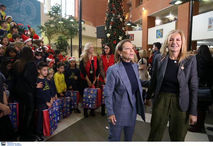 Μαρέβα Μητσοτάκη: Επίσκεψη με δώρα και χαμόγελα στο νοσοκομείο Παπαγεωργίου - εικόνα 2