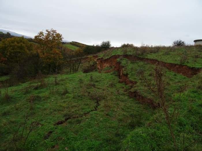 Άνοιξε η γη στην Ελασσόνα - Υποχώρησε λόφος
