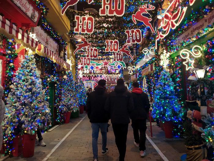 Ο δρόμος του Ψυρρή που μοιάζει να βγήκε από χριστουγεννιάτικο παραμύθι