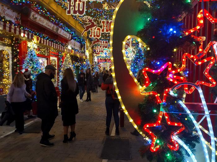 Ο δρόμος του Ψυρρή που μοιάζει να βγήκε από χριστουγεννιάτικο παραμύθι - εικόνα 3