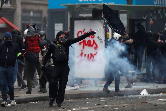 Παρίσι: Τραυματίστηκε φωτορεπόρτερ στη διάρκεια συγκρούσεων - εικόνα 2