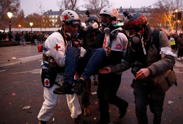 Παρίσι: Τραυματίστηκε φωτορεπόρτερ στη διάρκεια συγκρούσεων - εικόνα 3