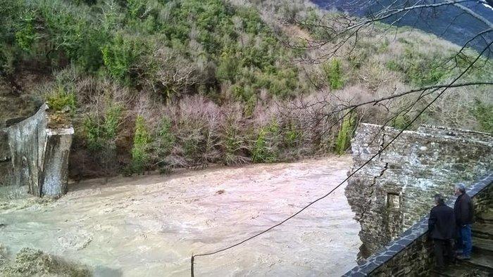Στήθηκε και πάλι το ιστορικό γεφύρι της Πλάκας μετά την καταστροφή του 2015 - εικόνα 2