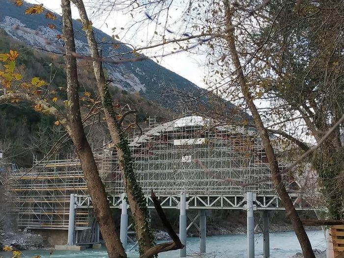 Στήθηκε και πάλι το ιστορικό γεφύρι της Πλάκας μετά την καταστροφή του 2015