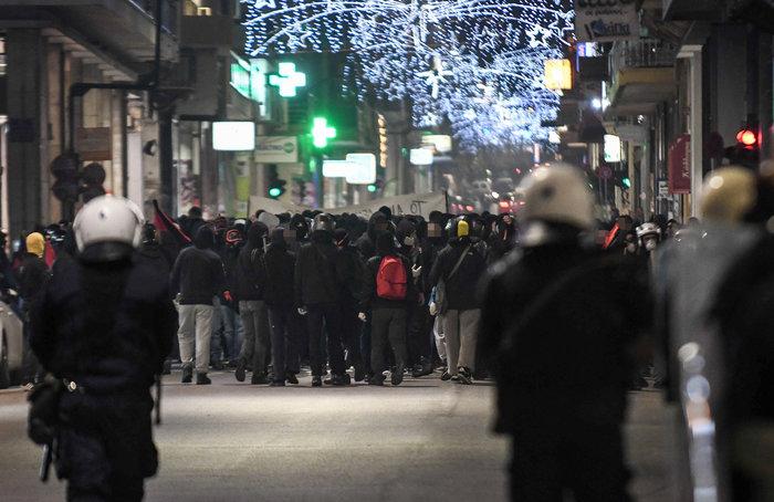 Μολότοφ, τραυματίες & συλλήψεις σε Αθήνα, Πάτρα, Θεσσαλονίκη - εικόνα 9