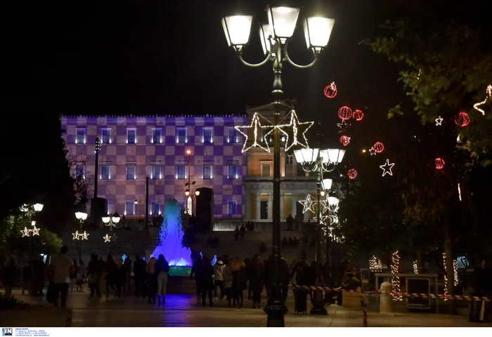Η Αθήνα και η Βουλή, αλλιώς, φωταγωγημένες έτοιμες για Χριστουγέννα - εικόνα 2