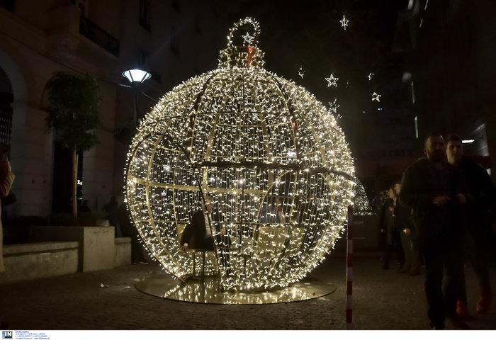 Η Αθήνα και η Βουλή, αλλιώς, φωταγωγημένες έτοιμες για Χριστουγέννα - εικόνα 6