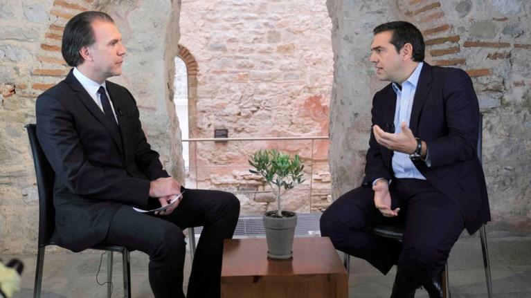 tsipras-o-xrusoxoidis-ekseutelizei-to-dimokratiko-parelethon-tou
