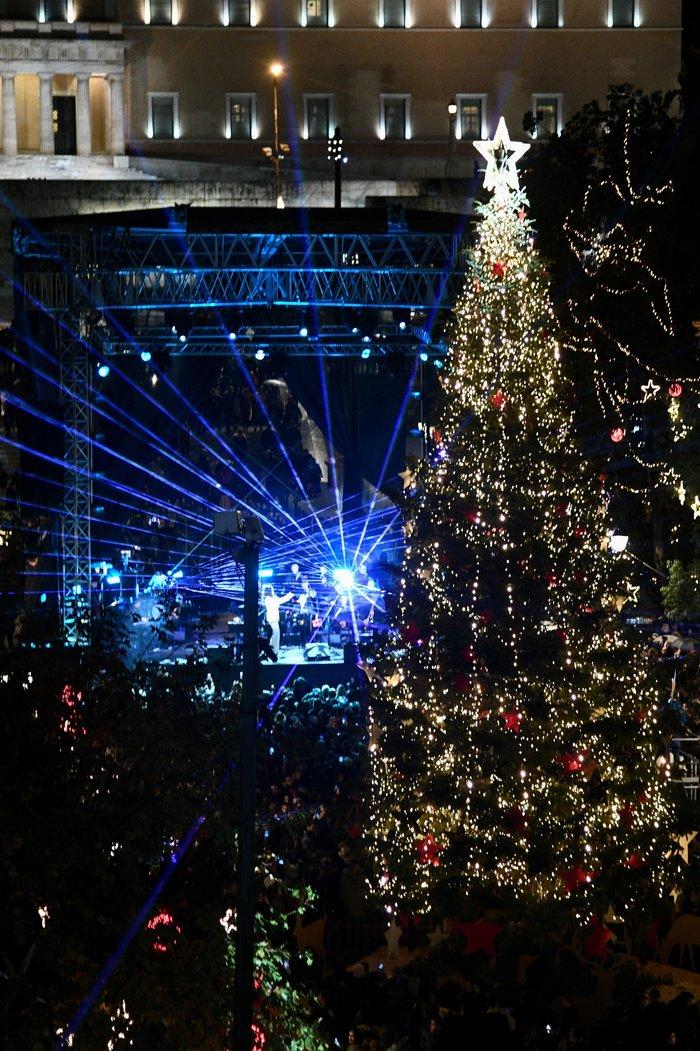 Λαμπρή γιορτή: Ο Μπακογιάννης φωταγώγησε το χριστουγεννιάτικο δέντρο - εικόνα 3