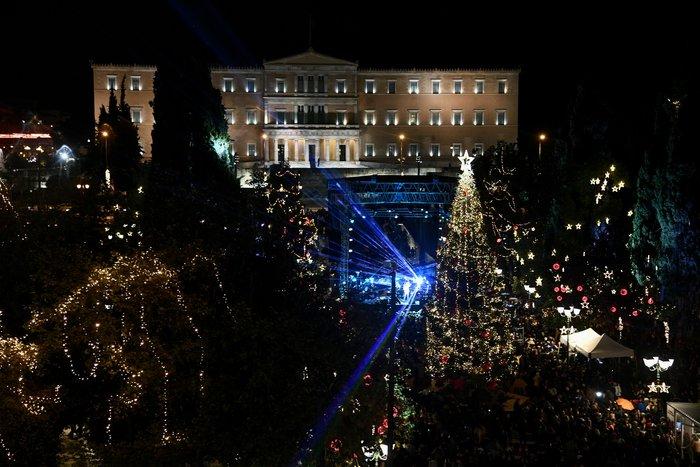 Λαμπρή γιορτή: Ο Μπακογιάννης φωταγώγησε το χριστουγεννιάτικο δέντρο